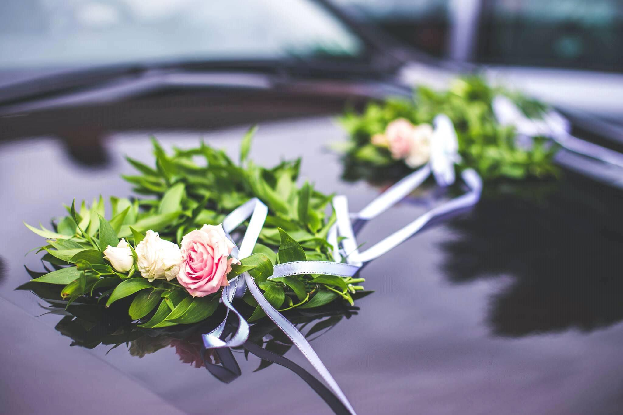 dekoracja samochodów , wianuszki w kształcioe serca wykonane z ruskusa i eustomy