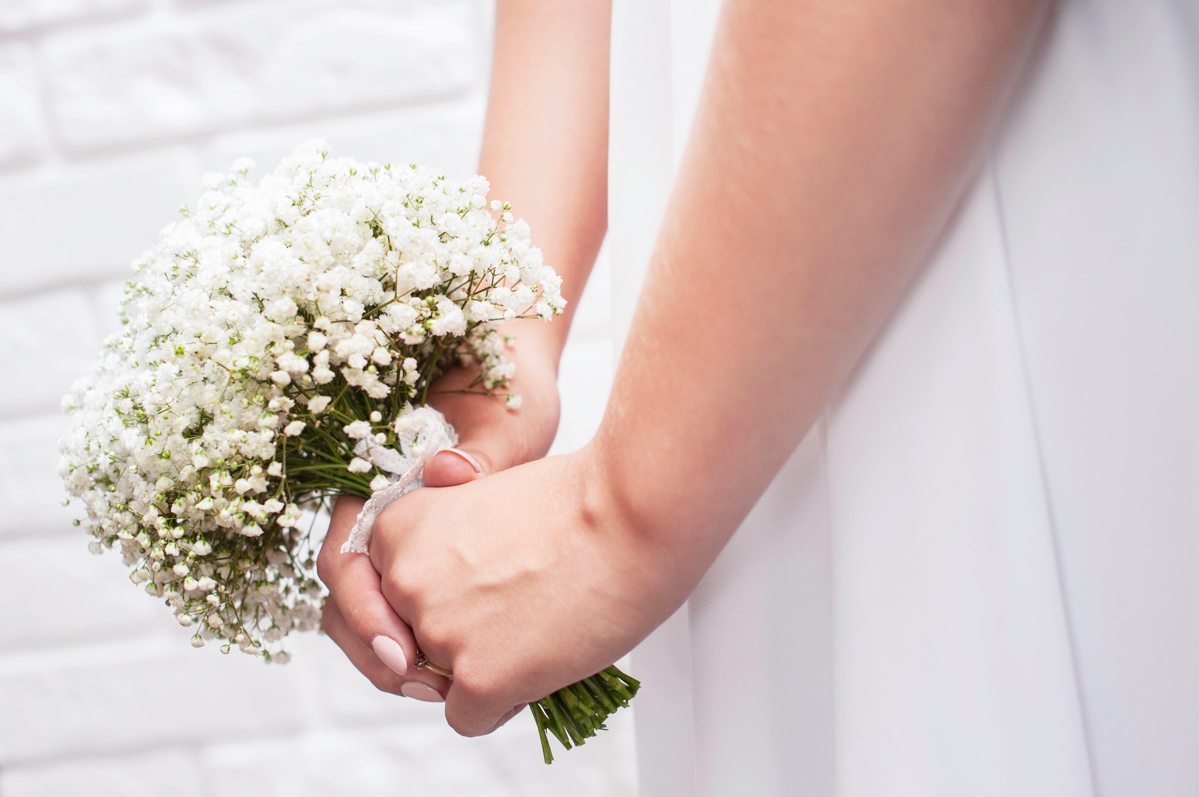 Bukiet ślubny wykonany z gipsówki